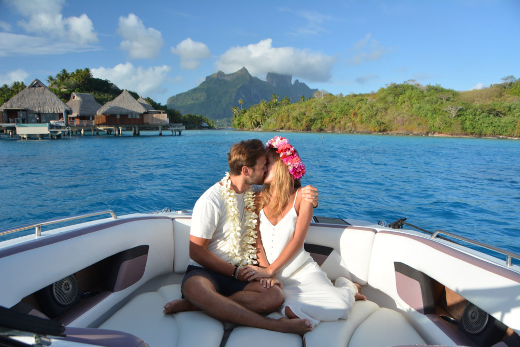 Balade en bateau lors du sunset à Bora-Bora pour une lune de miel