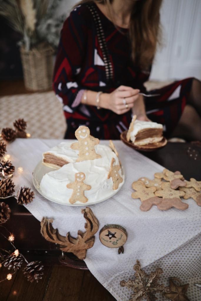 Mon gâteau de crêpes chocolat et chantilly vanille pour les fêtes avec des sablés de Noël